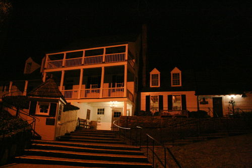 Historic Michie Tavern at night